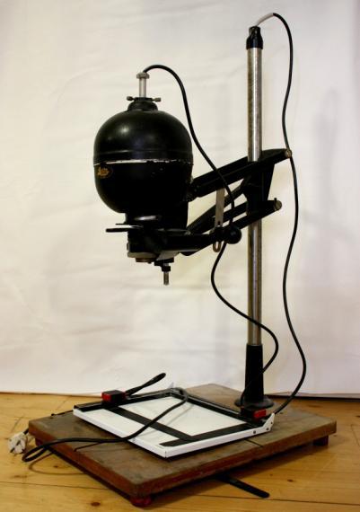 Vergrößerungsgerät für Kleinbild und Rollfilm, ca 1960, unten der Halter für das Fotopapier