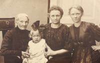 Großmutter, Mutter, Tante
